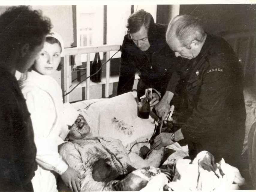 Uno de los supervivientes recuerda haber visto circular una ambulancia que iba haciendo transfusiones de sangre que podía y aliviando los dolores de los heridos más graves amputándoles los miembros dañados con un serrucho.