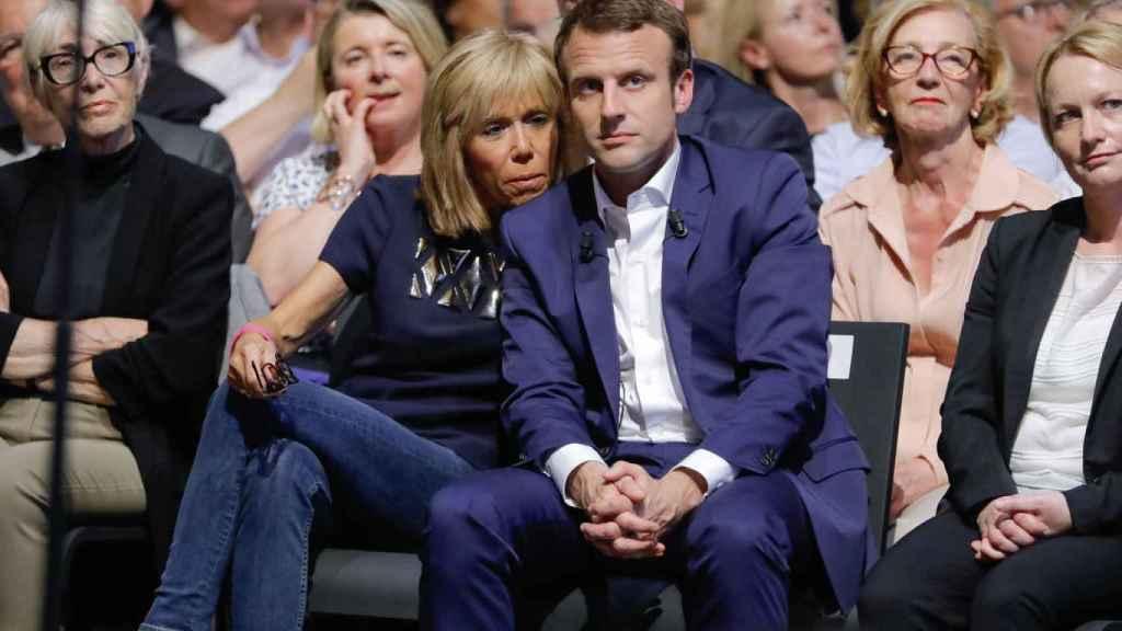 Brigitte y Emmanuel Macron, en un reciente mítin del candidato a la presidencia de Francia