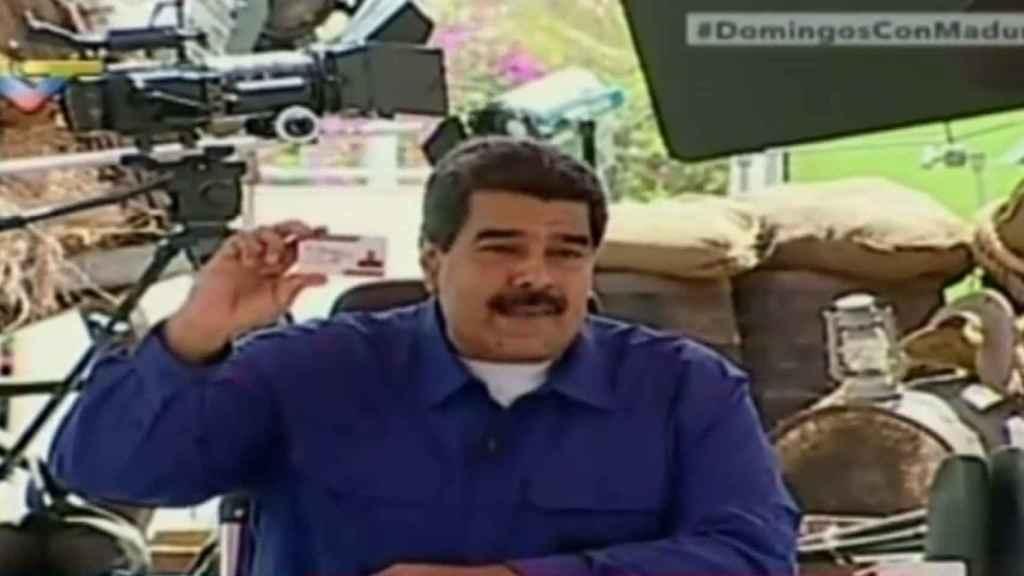 Maduro muestra el carnet de la patria