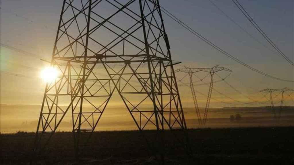 Vista de una torre de electricidad.