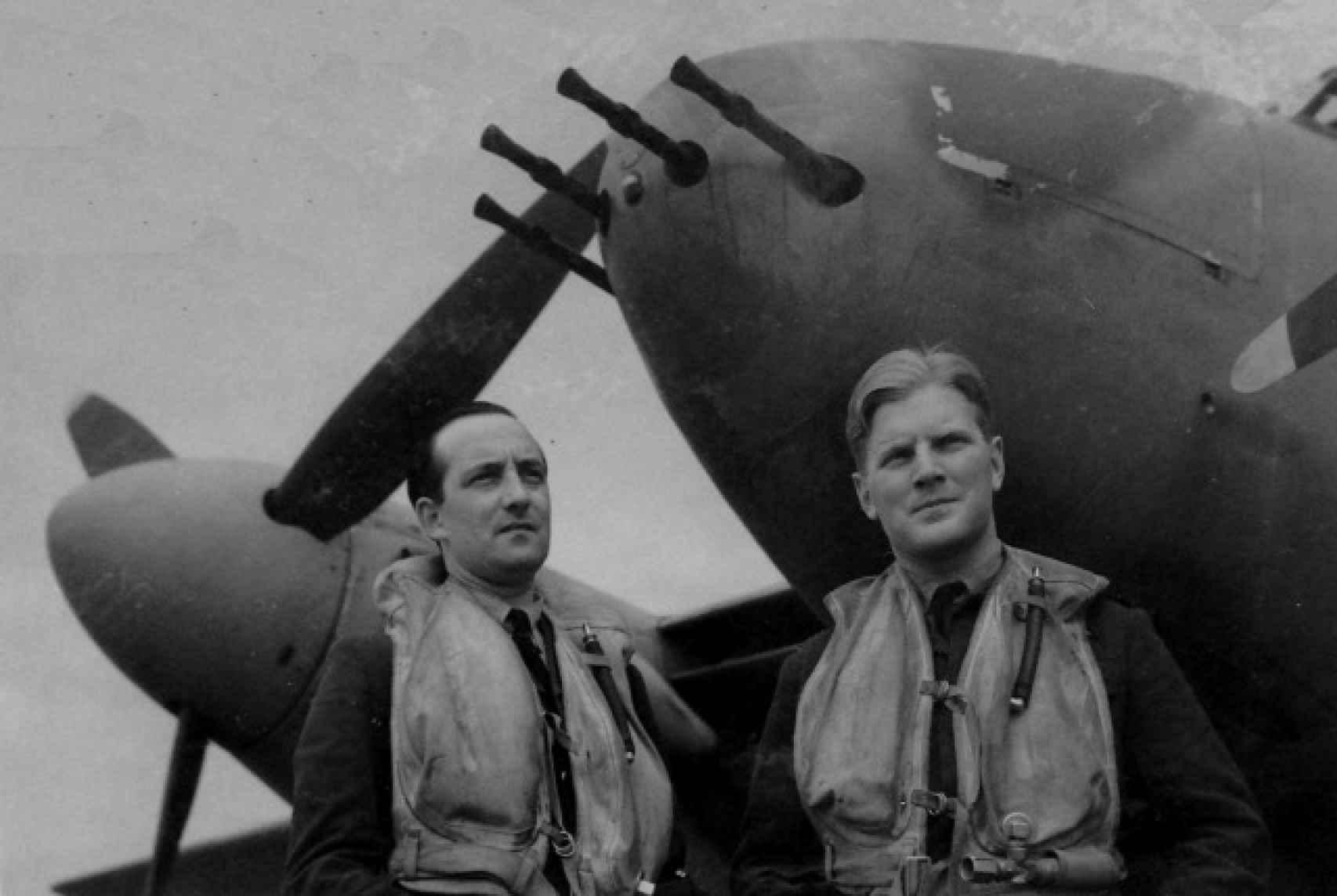 A la derecha, John Braham, el piloto de la RAF más condecorado de la II Guerra Mundial.