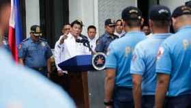 Duterte se dirige a presuntos policías corruptos ante el palacio presidencial de Filipinas.