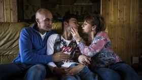 Los padres de Ángel deben estar pendientes de su hijos las 24 horas debido a su discapacidad