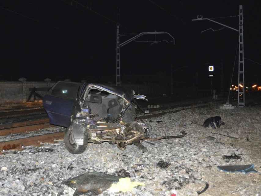 El vehículo accidentado sobre las vías del tren.