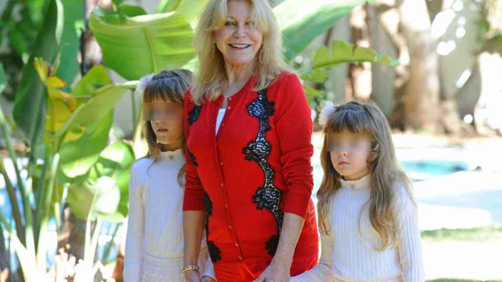 La baronesa Thyssen, con las pequeñas Carmen y Sabina.
