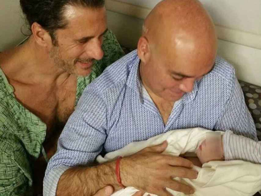 Kike Sarasola y su marido con el pequeño Enrique, nacido a finales de 2015.