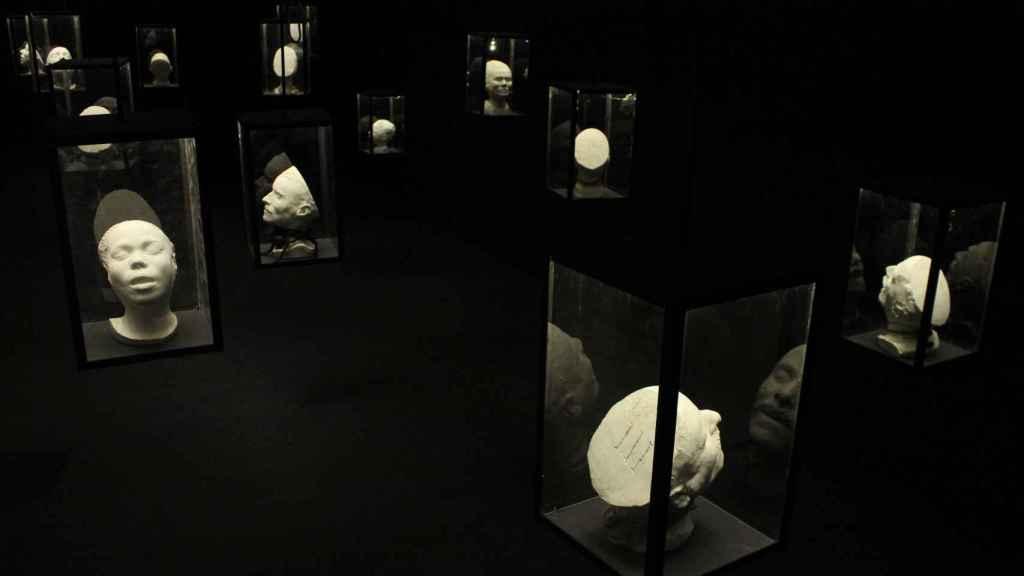 Algunas de las máscaras expuestas en 'Facies Mortis' en Oporto.