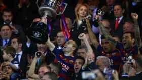 Iniesta levanta la Copa del Rey en el Calderón la temporada pasada.