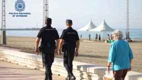 Agentes de la Policía Nacional en el paseo marítimo de Almería