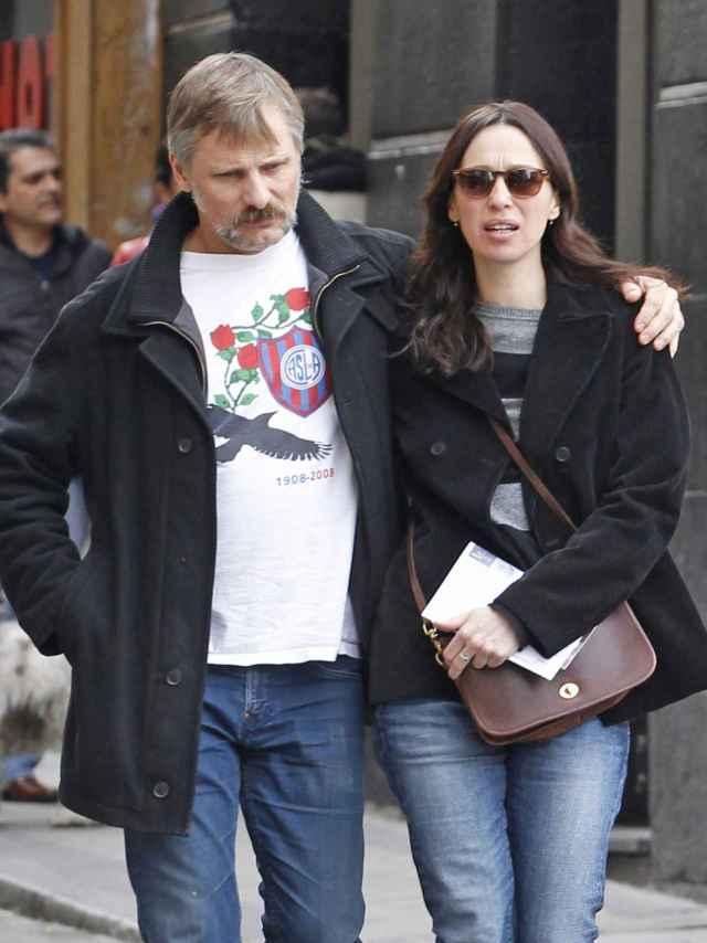 Viggo Mortensen y Ariadna Gil por las calles de Madrid en 2013.