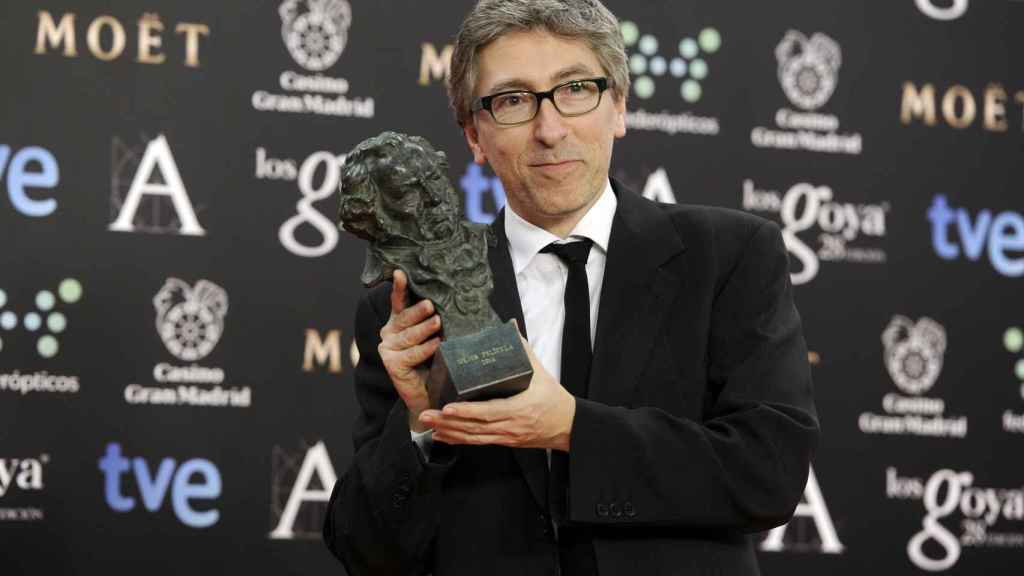 David Trueba con el Goya que ganó como mejor director por Vivir es fácil con los ojos cerrados.