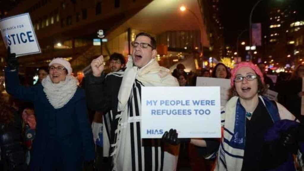Kreiman (d) durante la protesta contra el veto migratorio el lunes en Nueva York.