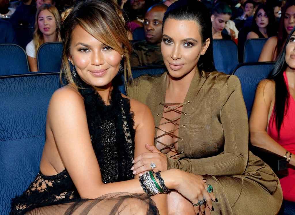 Kim Kardashian y la modelo Chrissy Teigen inauguran un club de lectura.