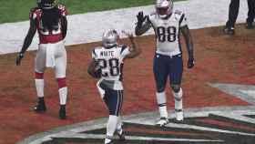 Bennett saluda a White tras anotar los Patriots.