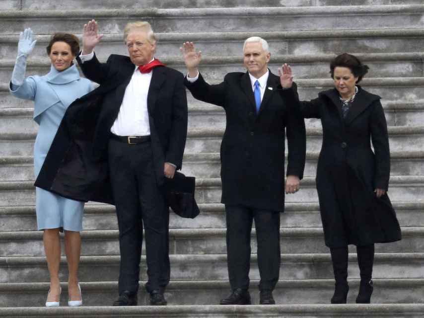 Los Trump y los Pence saludan a los asistentes a la inauguración desde el Capitolio.