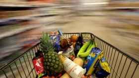 Un carro empujado en un supermercado de Londres.
