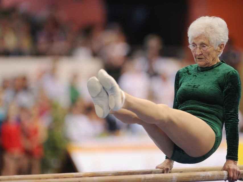 Johanna Quaas durante un ejercicio de barras paralelas.