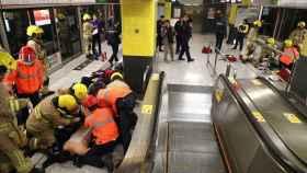 El personal médico atiende a un herido tras la explosión en el metro de Hong Kong.