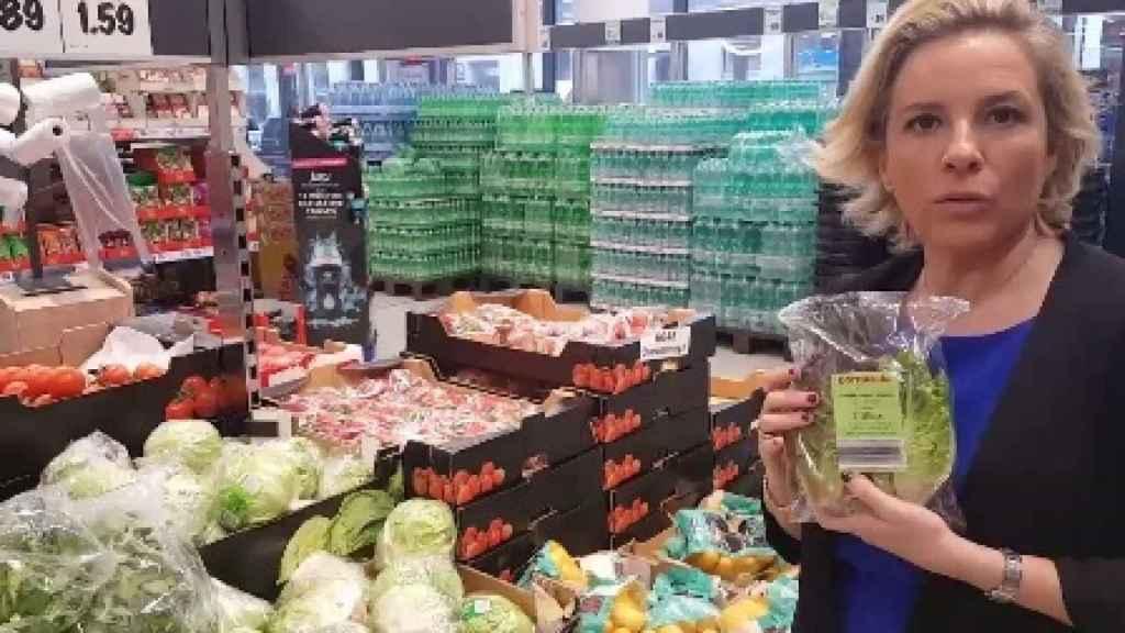 La consejera de Agua, Agricultura y Medio Ambiente, lechuga en mano en un supermercado berlinés.