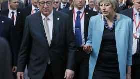Juncker pasea con May durante la reciente cumbre de Malta