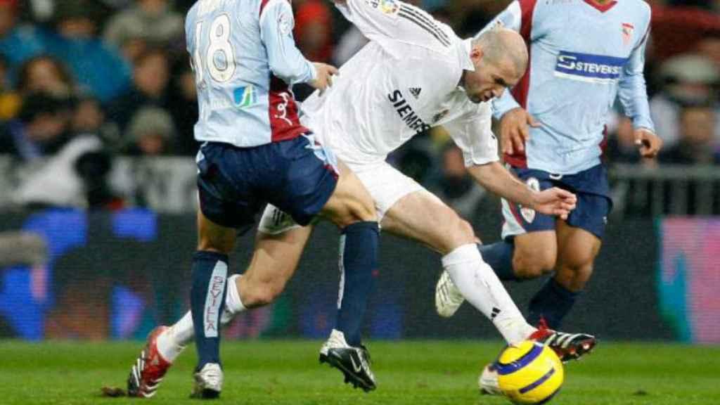 Zidane en el partido contra el Sevilla en la temporada 2005/2006