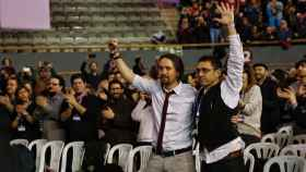 Iglesias celebra junto a Monedero. / Foto: Moeh Atitar