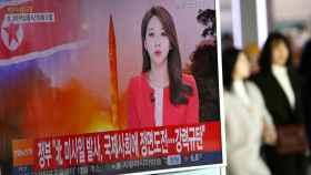 Una televisión surcoreana informando sobre el lanzamiento del misil.