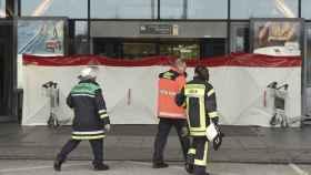 Los bomberos, ante la entrada aislada del aeropuerto de Hamburgo.