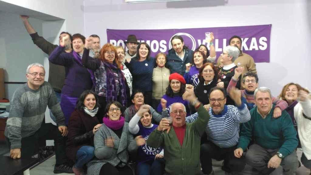 Pablo Iglesias e Irene Montero junto al resto de militantes en Vallecas.