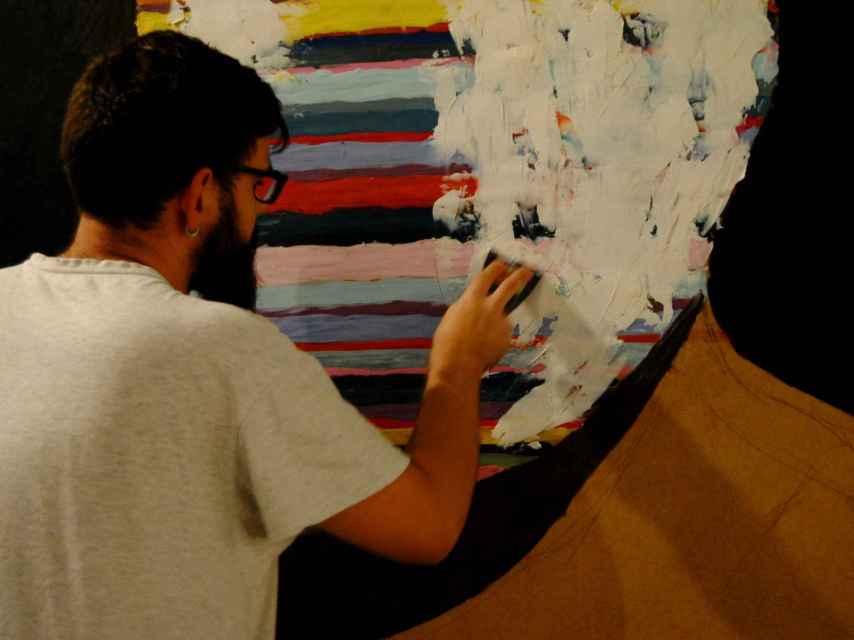 El pintor Rafael Jiménez trabajando en su estudio.