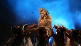 Beyoncé durante su actuación en la gala de los Grammy.