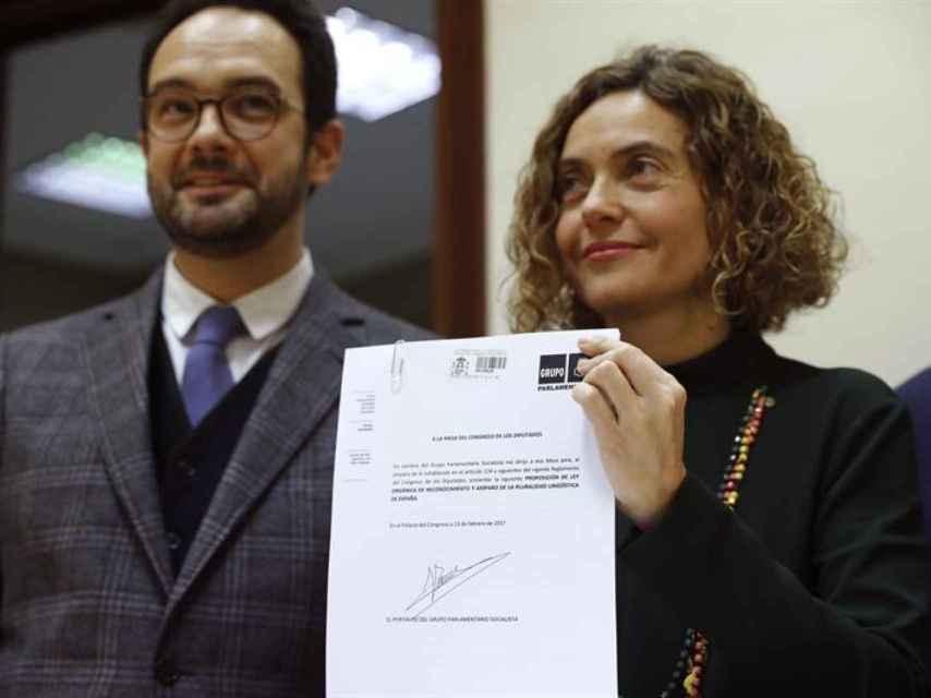 Batet y Hernando registran la proposición de ley en el Congreso.