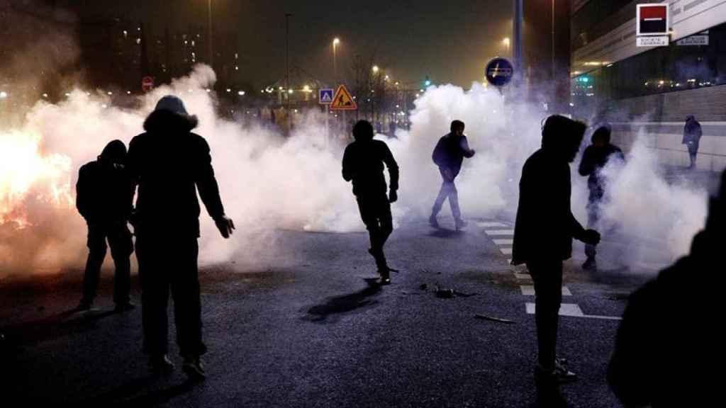 Los manifestantes huyen de los gases lacrimógenos durante su protesta en Bobigny el 11 de febrero.