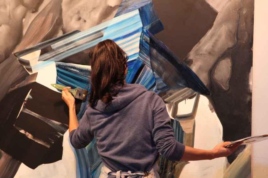 Vicky Uslé en pleno proceso de trabajo, en su taller.