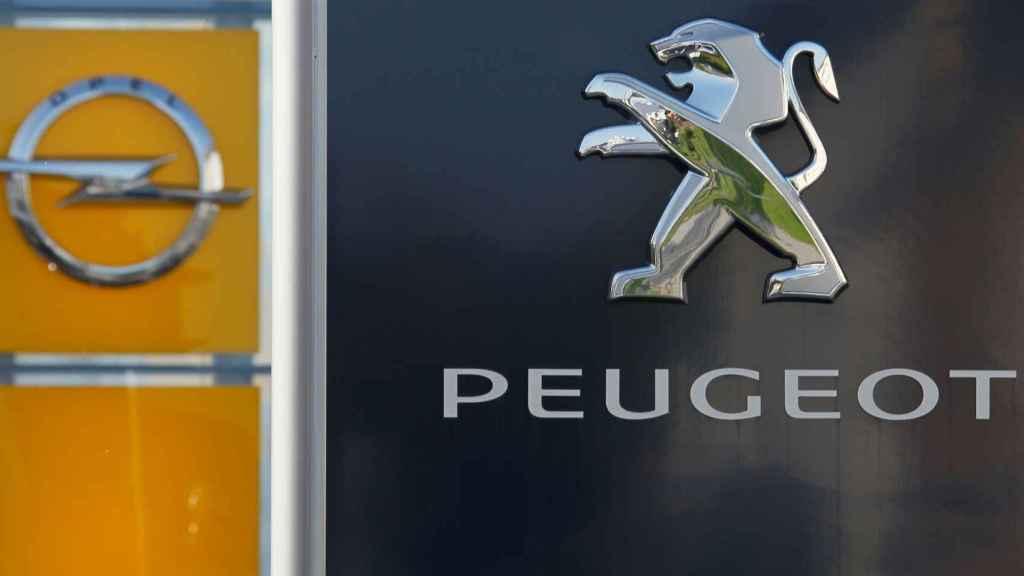 Logotipos de Opel y Peugeot.