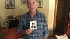 Raimundo Aranda enseña la foto de su mujer desaparecida desde hace una semana