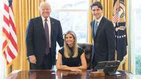 Donald Trump y Justin Trudeau junto a Ivanka Trump en el Despacho Oval.
