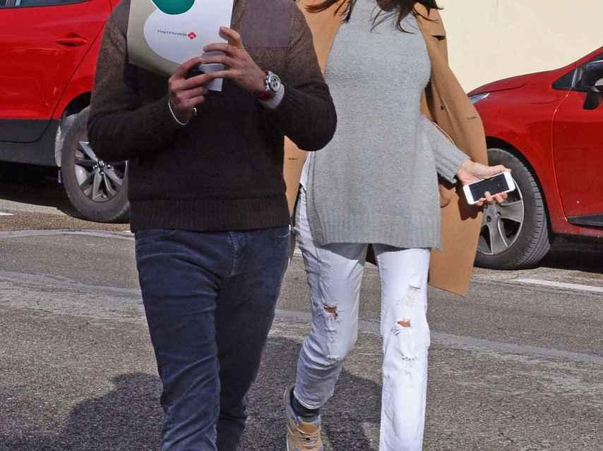 Noelia López y su chico, Armando, al salir de una visita médica en el hospital Nisa.