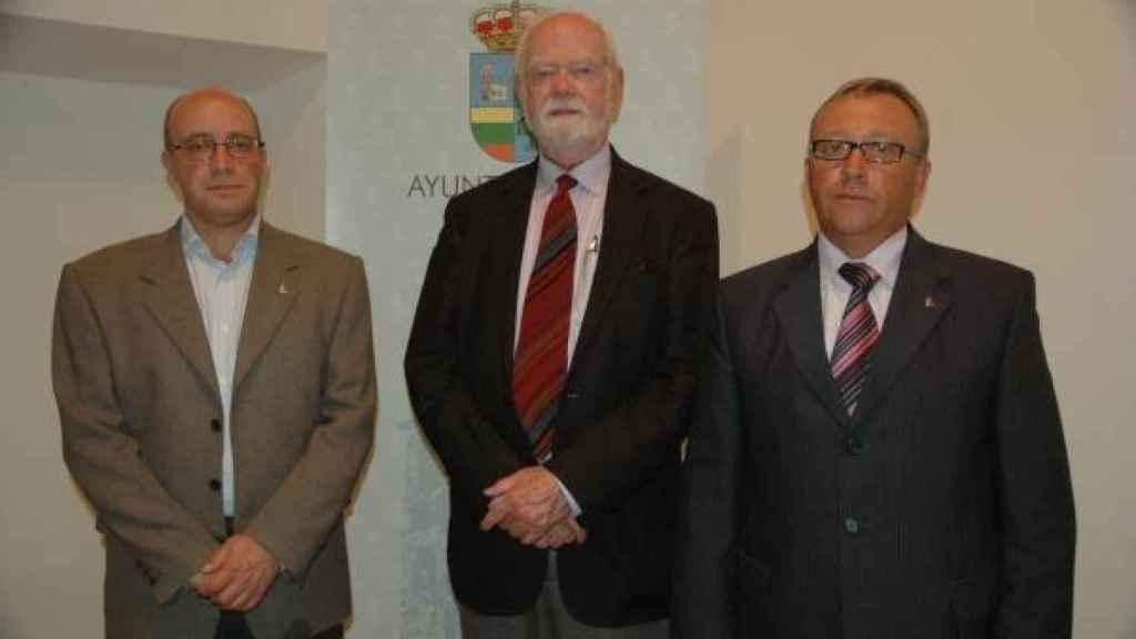 Ramos Gordón con el medievalista fallecido John Williams y el alcalde de Tábara, José Ramos, en 2010.