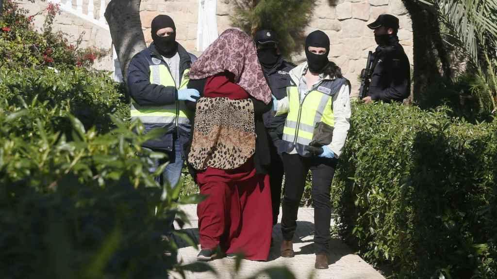 Agentes de la Policía junto a la mujer detenida en Alicante.