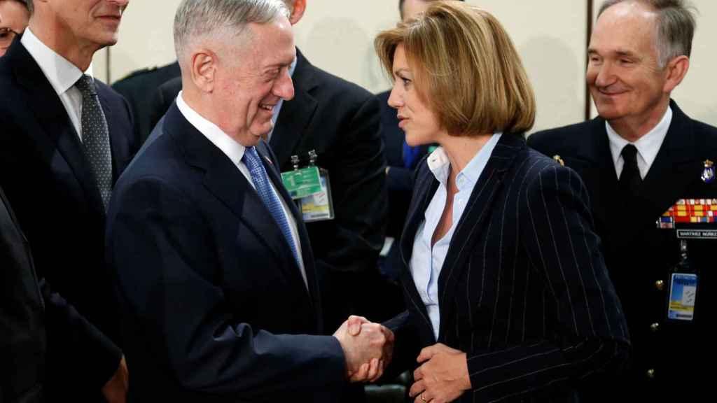 Cospedal saluda al jefe del Pentágono durante la reunión de la OTAN