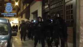 La Policía entrando al domicilio del sospechoso de Bilbao