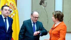 El gobernador del Banco de España, Luis María Linde (c), conversa con la presidenta de la Comisión de Seguimiento y Evaluación de los Acuerdos Pacto de Toledo, Celia Villalobos antes de comparecer en la Comisión, hoy en el Congreso.