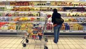 Una mujer hace la compra.