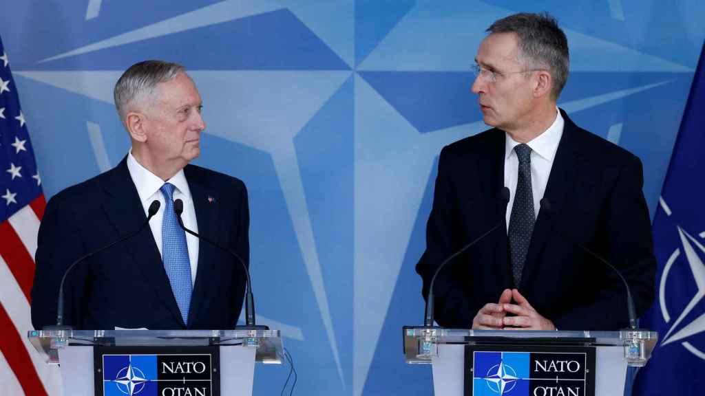 El nuevo jefe del Pentágono y el secretario general de la OTAN, durante su comparecencia en Bruselas