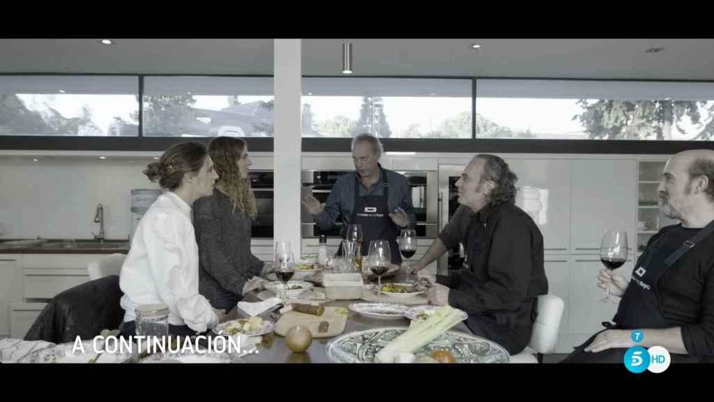 Los actores, junto a Bertín y sus hijas, en la cocina.
