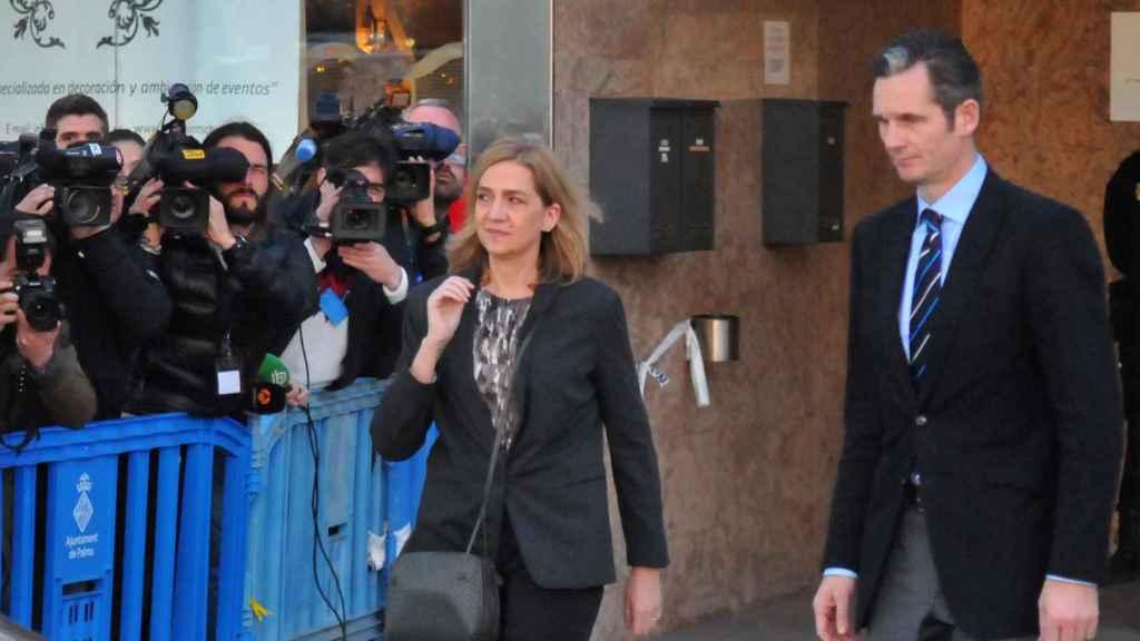 Cristina de Borbón e Iñaki Urdangarin salen de los juzgados de Palma de Mallorca durante el juicio del Caso Nóos