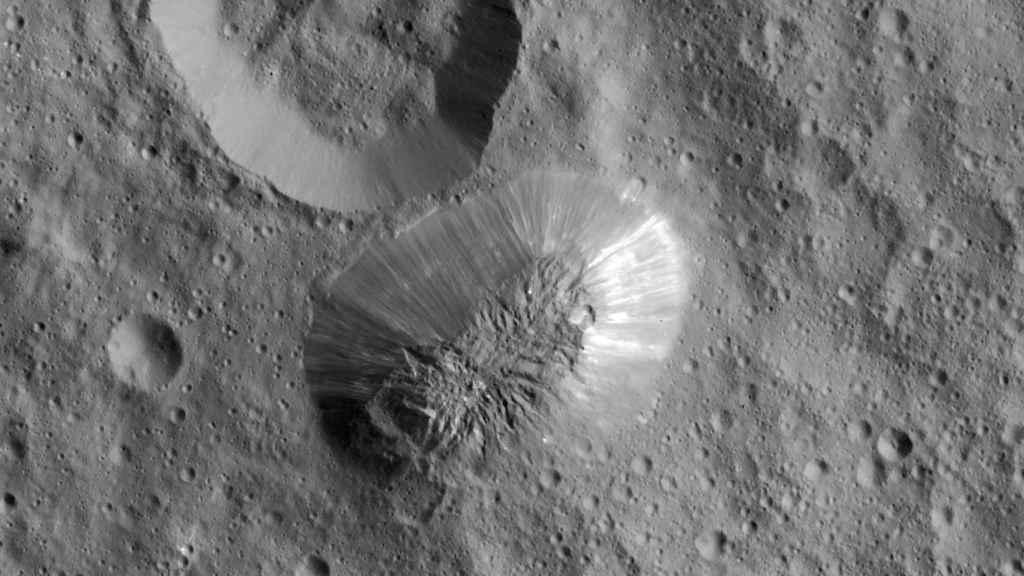 El monte Ahuna de Ceres, la mitad de alto que el Everest.