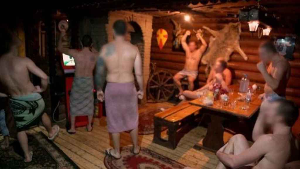Los ultras se preparan la noche anterior a sus peleas en una sauna.