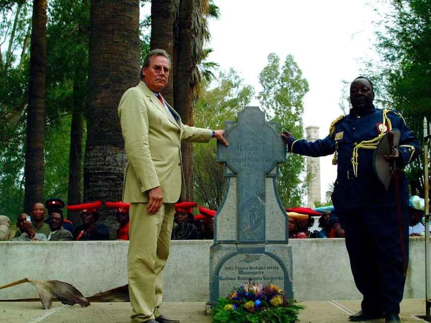Wolf-Thilo von Trotha, cuando fue a Namibia, en la tumba del líder Herero que se opuso a Lothar von Trotha.